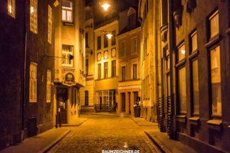 Gasse in Riga, Lettland bei Nacht