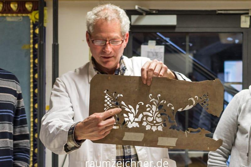 Kirchenmaler Neus erklärt die Tücken bei der Herstellung einer Schablone.