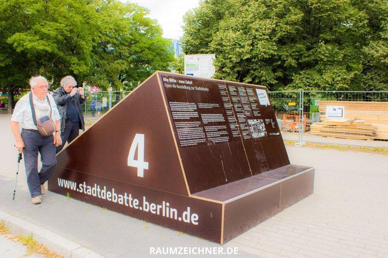 Stadtdebatte Berlin fordert die Aufmerksamkeit der Passanten ein und lenkt das Interesse auf die Veränderungen.