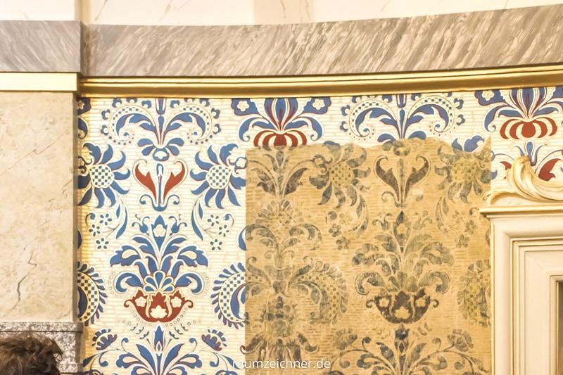 In der Sophienkirche in Berlin wurde neben dem Altar ein Stück der originalen Tapete als Zeitfenster mit der Rekonstruktion präsentiert.