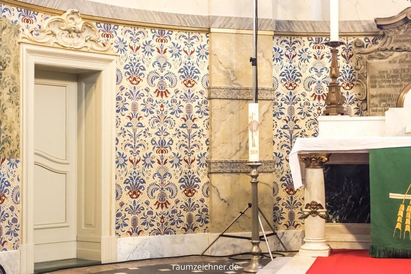Rekonstruierte Tapete im Altarraum der restaurierten und denkmalgeschützten Sophienkirche in Berlin.