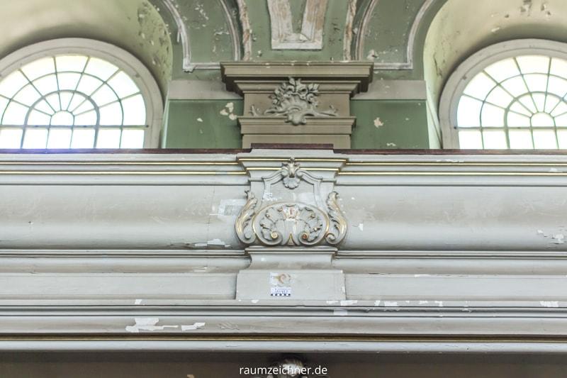 Die Befunde an der Brüstung in der Sophienkirche mit Dokumentationskärtchen.