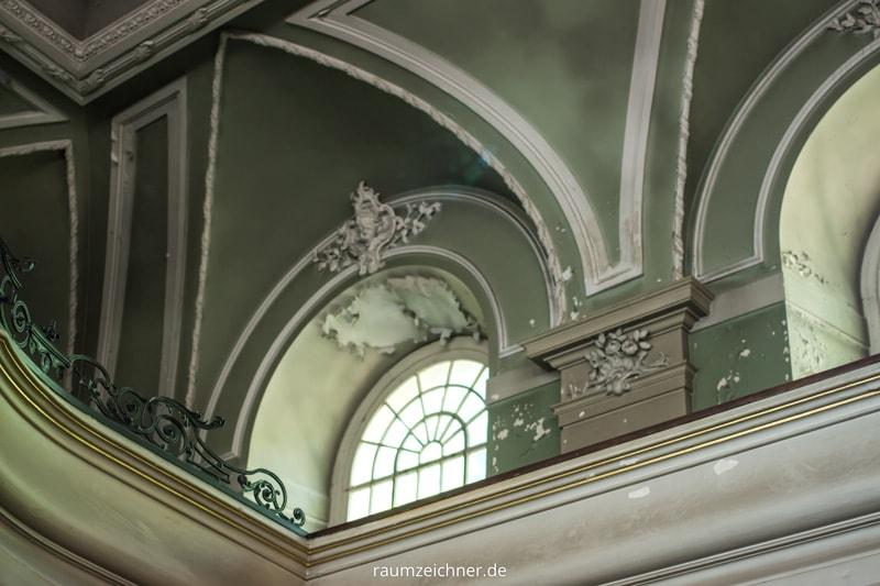 Der Anstrich in der Sophienkirche löst sich bereits vom Untergrund und muss entweder gesichert oder erneuert werden. Durch das Auffinden verschiedener Zeitfenster wird nun diskutiert, wie mit den unterschiedlichen Zuständen umgegangen werden soll.